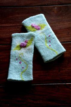 felted feutre vilten hand - warmers  Armstulpen - Armstulpen Rose gefilzt Pulswärmer Stulpen - ein Designerstück von Sternenfeuer bei DaWanda