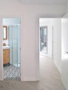Vista desde el interior del dormitorio con baño integrado