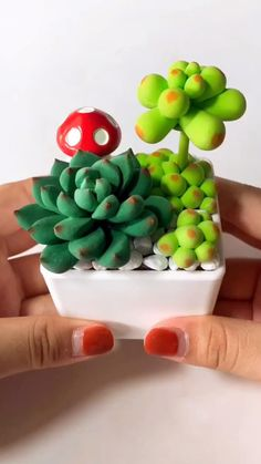 It's made of polymer clay. CUTE ♥ So easy! Cute Polymer Clay, Cute Clay, Polymer Clay Flowers, Polymer Clay Projects, Diy Clay, Resin Crafts, Polymer Clay Disney, Polymer Clay Christmas, Polymer Clay Miniatures