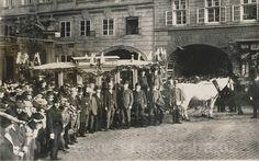 Poslední jízda přes Karlův most, Křížovnické náměstí 12.5.1905 Old Paintings, More Pictures, Czech Republic, Old Photos, Street View, Travel, Prague, History, Antique Photos