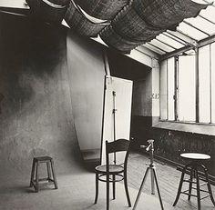 Irving Penn photographed his studio in Paris. Irving Penn, Dream Studio, Home Studio, Studio Spaces, Studio Setup, Studio Lighting, Studio Design, Studio Ideas, Luz Natural