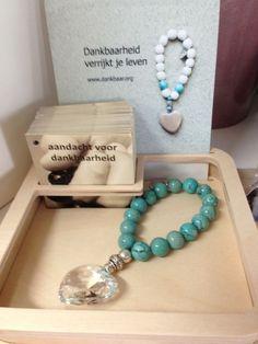 Lisette Doesburg van Dankbaar heeft voor ons een collectie met kristallen harten gemaakt in verschillende kleuren. Ze zijn te koop via www.dankbaar.org en 20% van de opbrengst is voor de Regenboogboom! Wat een ontzettend mooi gebaar. Dank je wel Lisette en collega's!