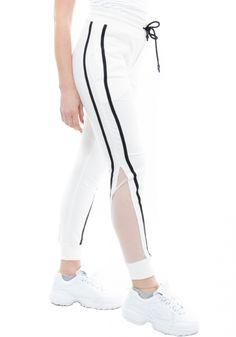 Παντελόνι φόρμαςMiss Pinky με ρίγα. Τοπαντελόνι φόρμαςέχει σχέδιο με δύο ρίγες και διαφάνεια στο κάτω μέρος