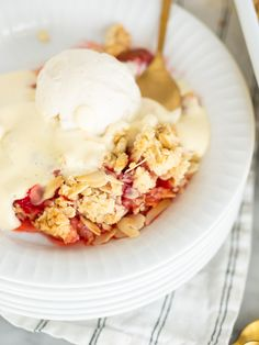 Smulpaj med rabarber och jordgubbar | Brinken bakar Bagan, Fika, Deserts, Ice Cream, Glass, Drinks, Inspiration, No Churn Ice Cream, Biblical Inspiration
