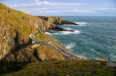 Ring of Kerry Jeden z najpiękniejszych irlandzkich szlaków turystycznych, wiodący poprzez malownicze wioski rybackie, niepozorne góry i burzliwe oceaniczne wybrzeże – południowo-zachodnimi rubieżami hrabstwa Kerry. Szlak ten biegnie w zasadzie dookoła półwyspu Iveragh i ma ok. 180 km długości.Kupiliśmy bilety do Cork, gdzie obecnie najprościej i najtaniej podróż oferuje Ryanair z Wrocławia oraz Gdańska. Trasę …