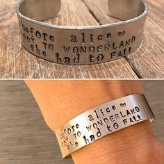 Bracciale a fascia in alluminio con incisione personalizzata fatta a mano di LeleleleCreations su Etsy