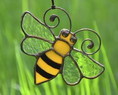 Stained glass bee suncatcher, honey bee ornaments, garden decoration, window decor, stained glass ornaments, wire ornaments, bee home decor #KamillaArt #StainedGlass #gardendecor #homedecor #honeybee