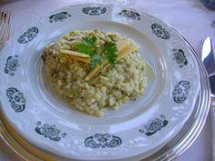 En risotto i Italien. Kronärtskocka.