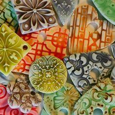 Turorial : How to make faux ceramic pendant in polymer clay / Tutoriel : Réaliser un pendentif imitation céramique en pâte polymère riels Blanc en pâte polymère Translucide argile liquide Toute marque fera l'affaire. TLS a un fini plus mat et est moins...