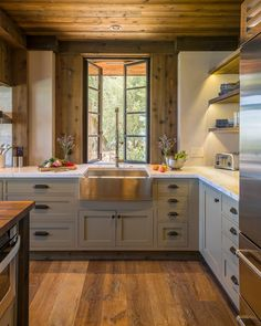 The best combination for estate kitchens along rustic lines focuses on open shelving, decorative accenting and rich colors.