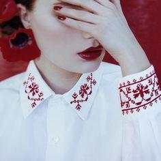 Chemise blanche au col et manches brodés de fleurs au point de croix, style russe