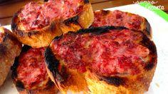 Pão crocante de linguiça toscana fresca, assada na churrasqueira. Uma entradinha grelhada que vale a pena, experimentar! Leva só 2 ingredientes, bens comuns do churrasco, linguiça e pão, que junt…