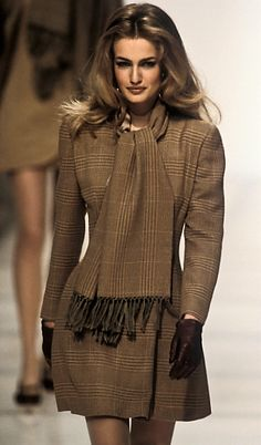 Giorgio Armani Runway Show fw 1991 Karen Mulder 80s And 90s Fashion, Latest Fashion For Women, Runway Fashion, Fashion Models, Fashion Brands, High Fashion, Fashion Show, Womens Fashion, Fashion Tips