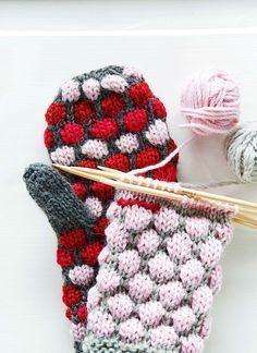 Soile Pyhänniska kokeili kuplaneuletta, ihastui ja laati pipon ja lapasten ohjeet. Pipo syntyy yhdessä illassa, lapasiin kannattaa varata kolme iltaa. Knitted Mittens Pattern, Knit Mittens, Knitting Socks, Hand Knitting, Knitted Hats, Knitting Patterns, Diy Crochet And Knitting, Crochet Gloves, Crochet Stitches