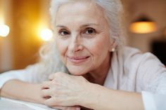 Use these 2 ingredients to help eliminate wrinkles, dark spots and crow's feet - Lady World Grey Hair Care, Long Gray Hair, Long Hair With Bangs, Very Long Hair, Thin Hair, Hairdos For Older Women, Gray Hair Growing Out, Transition To Gray Hair, Stylish Haircuts