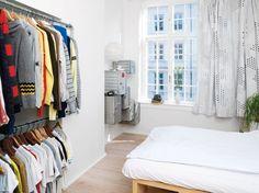 To gamle Ikea-hylder har med en madras på toppen fået nyt liv som seng.