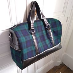 meloumy 3 heures de montage après... 😍  To @jeff_chtlt with 💗  #sewingproject #sewing #sewingaddict #diy #makersmovement #bag #sacotin #sacboston #handmade #couture #coutureaddict #create #fabric #similicuir #tartan #coton #lovelycreations #lamerceriedescreateurs #mondialtissus #sewofinstagram #sewingpatterns