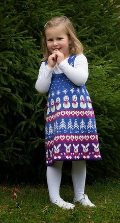 Ravelry: Julekjole med kaniner pattern by Cecilie Kaurin and Linn Bryhn Jacobsen Needles Sizes, Cute Dresses, Ravelry, Fair Isles, Stitch, Wool, Knitting, Design, Babies