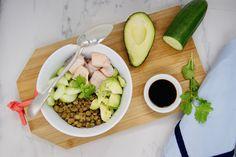 Poke bowl de crudités et de saumon cuit au lait de coco Crudite, Poke Bowl, Cobb Salad, Food, Cilantro, Cucumber, Milk, Lentils, Avocado