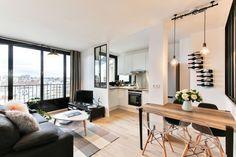 Pièce à vivre lumineuse avec double verrière ouverte sur cuisine Loft 43m² Boulogne par Laurence Garrisson
