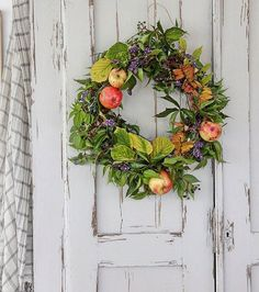 Gorgeous Fall Eat-in Kitchen Wreaths And Garlands, Fall Wreaths, Door Wreaths, Vibeke Design, Country Wreaths, Foto Art, Porch Decorating, Decorating Ideas, Flowers Nature