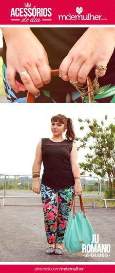 Ju Romano da Revista GLOSS usa acessórios grandes e ousados para acompanhar o look moderno com calça estampada!     Ela veste: Blusa - C, Anél e brinco - As Garimpeiras, Anél de falange - Balonê, Braceletes e pulseiras - C e acervo, Bolsa - acervo, Calça - Renner, Sapato - Botero.