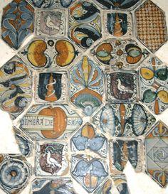 pavimento del XV secolo con le insegne della famiglia Campanile. Gli stemmi araldici si rinvengono anche negli antichi pavimenti, sapientemente dipinti da  valenti artigiani sulle riggiole di fattura napoletana.