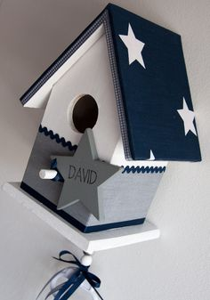 Vogelhuisje wit met blauw en grijs. Incl. muziekdoosje #vogelhuisje #kinderkamer #muziekdoosje Pallet Crafts, Wood Crafts, Coops, Baby Cards, House Painting, Bird Houses, Decoupage, Kids Room, Mosaic