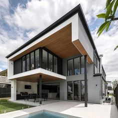 @bighouselittlehouse redefining the contemporary look! The sharp angles of this standout home are contrasted with classic Linea weatherboard for a unique blend of classic and modern. Click the bookmark tab to save the look! #hamptonsstyle #exteriordesign #facades #hamptons #exterior