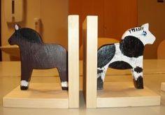 Ting å lage: Bokstøtte | Ung Husflid Geometric Shapes Design, Shape Design, Made Of Wood, Bookends, Diy And Crafts, Home Decor, Ideas, Libros, Shape