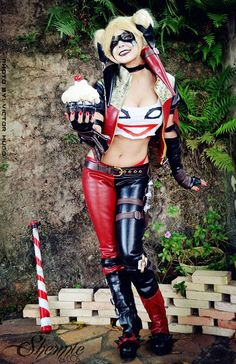 If you go to comic conventions, you've probably seen your fair share of poorly executed Harley Quinn cosplays. Instead of mocking the bad ones, here are 15 of the best Harley Quinn cosplays. Halloween Kostüm, Halloween Cosplay, Halloween Costumes, Harley Quinn Cosplay, Joker And Harley Quinn, Batman Cosplay, Cosplay Diy, Batwoman, Amazing Cosplay