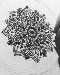 Mandala - like the design Mandala Doodle, Mandala Arm Tattoo, Mandala Art Lesson, Mandala Stencils, Mandala Design, Mandala Pattern, Mandalas Painting, Mandalas Drawing, Easy Mandala Drawing