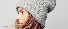 Muodikas kokonaan joustinneuleinen pipo laskeutuu takana löysästi. Lankana on pörröiseksi harjattua alpakkaa. Ohjeessa on yksi koko. Knitted Hats, Winter Hats, Hoodies, Knitting, Handmade, Takana, Berets, Beanies, Diy