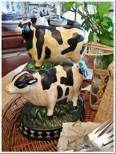 I'm in love with this vintage cow figurines! Are you a fan?