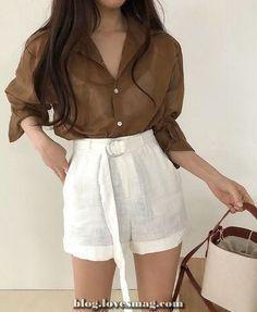 Sempre gosto de mostrar que looks minimalistas não são sem graça. Como adoro este estilo, acho que muitas vezes ele é o caminho. E produções assim podem ser usadas para as mais diversas ocasiões.как заработать в интернете ? Ulzzang Fashion, Asian Fashion, Look Fashion, Fashion Outfits, 2000s Fashion, Hijab Fashion, Latest Fashion, Korean Outfits, Short Outfits