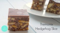 This Thermomix Hedgehog Slice is dangerously easy to put together. It's a little bit different to the classic Hedgehog Slice recipe as it uses condensed milk and doesn't contain walnuts, however that doesn't stop you from adding them if you like! No Bake Slices, Bellini Recipe, Thermomix Desserts, Biscuit Cake, Chocolate Biscuits, Square Cakes, Christmas Baking, Christmas Recipes, Melting Chocolate
