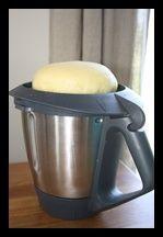 Merci à Agnès pour sa recette de brioche très appréciée par tous ! 500 g de farine 70 g de sucre glace vanillé « recette lolomix » 90 g de beurre 120 g de lait 3 œufs 1 pincée…
