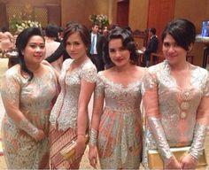 Bridesmaids in beautiful pastel green and pink kebaya Kebaya Peplum, Kebaya Lace, Kebaya Brokat, Batik Kebaya, Batik Dress, Kimono, Javanese Wedding, Indonesian Wedding, Kebaya Moden