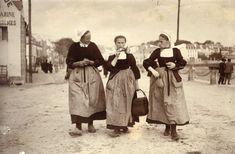 Photographie : trois jeunes femmes sur les quais de Concarneau au début du XXe siècle