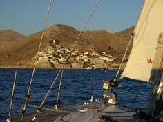 Llegando en velero al mítico pueblo de Idra, capítal de la Isla de Idra (Grecia) en nuestro viaje plaza a plaza.