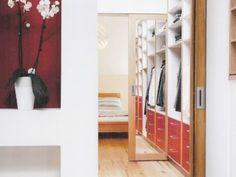 Eine raffinierte Spiegeltür trennt den begehbaren Kleiderschrank vom Schlafraum.
