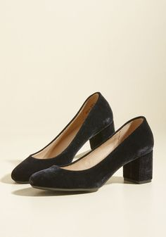 Be it a stand-up performance or a dramatic monologue, you tend to find yourself in the spotlight, which you happily share with these black velvet heels! A vegan style with versatile appeal, this flirty, block-heeled pair offers the same dynamic range and depth of your theatrical performances.