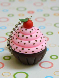 Chaveiro cupcake feito em biscuit. Tamanho aproximado do cupcake 3,5cm de altura. O chaveiro é embalado em saquinho de celofane. R$ 5,60