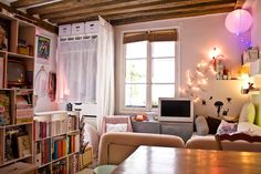 Eleonore Bridge -- appartement parisien (inspiration for decorating tiny spaces! French Apartment, Dream Apartment, Parisian Apartment, Tiny Apartment Decorating, Apartment Design, Apartment Ideas, Tiny Spaces, Small Apartments, Sweet Home