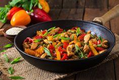 Als je gezond wilt eten is het verstandig om de koolhydraten te beperken. Kies voor mager vlees en lekker veel, verse groenten. Lichte maaltijden passen ook prima in je eetpatroon als je wilt afvallen. Daarom delen we een koolhydraatarm recept met kipfilet en verse groenten met je.
