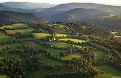 """Linda paisagem que nos dá um breve """"amostra"""" do que pode encontrar se visitar a floresta Bohemian. Aqui, numa fotografia tirada na República Checa apesar desta floresta se estender também pela Áustria e Alemanha (Bavaria). Na República Checa, a área mais valiosa – Parque Nacional Šumavaé – é protegida como Paisagem Protegida e pela UNESCO …"""