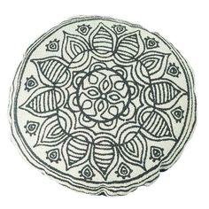 Eine vollkommen runde Sache ist dieses hübsche Kissen von Speedtsberg. Wir lieben das orientalische Muster in schwarz-weiß und die unkonventionelle Form der Kissenhülle. Auf diesem Kissen träumt es sich besonders gut, von Reisen in den Orient.