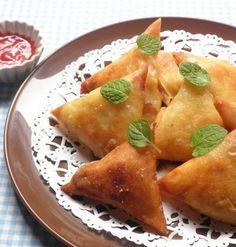 元々はインドの家庭料理で、芋や玉ねぎや豆に羊肉を合わせ、スパイスで味付けしたものを皮で包み揚げたサモサ。遠い国の料理という印象のためか、どこか馴染みが薄い気がしますが、実は栄養バランスも良くておつまみやおかずにもピッタリなんです。身近にある材料で簡単に美味しく作れる必見のレシピを集めました!