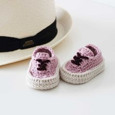 Just another nice pic of these little shoes.. 📝Classic sneakers crochet pattern. ➡️ Link in bio for more info. . #crochetpattern #etsy #crochet #showroomcrochet #etsysellersofinstagram #crochetshoes #etsyshop #crocheting #crochetaddict #crochetersofinstagram #instacrochet #etsyseller #moderncrochet #crochetlovers #crochetshoe #etsystore #pattern #crochetofinstagram #slippers #diyblogger #crochetslippers #crochetcrew #etsyfinds