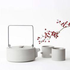 From décor to ceramics, Koan fuses minimalism with an Asian-influenced sense of design. Ceramic Teapots, Ceramic Clay, Ceramic Pottery, Tea Japan, Teapot Design, Keramik Design, Cocoa Tea, Teapots And Cups, Tea Art